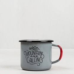 "United By Blue Mountains Are Calling 12Oz Enamel Steel Mug är en emaljmugg med citatet ""The Mountains Are Calling and I Must Go"""