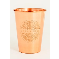 "United By Blue Take A Hike Copper Tumbler är en koppartumbler med texten ""take a hike"" ingraverat."