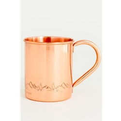 United By Blue Fir Sure Copper Mug är en kopparmugg med en bild på skog och berg ingraverat.