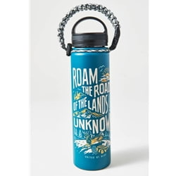 "United By Blue Land Unknown 22Oz Stainless Steel Bottle är en termosflaska i rostfritt stål med texten ""roam the roads of the lands unknown"""