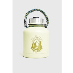 United By Blue Two Pines 32Oz Stainless Steel Growler är en termosflaska i rostfritt stål med snyggt grafiskt tryck