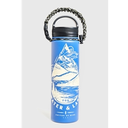 "United By Blue Take A Stand 22Oz Stainless Steel Bottle är en termosflaska i rostfritt stål med texten ""Take a stand for water & land"""